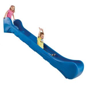 kék csúszda és két gyerek