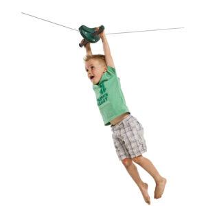 sötétzöld drótkötélpálya kapaszkodó és kisfiú 3