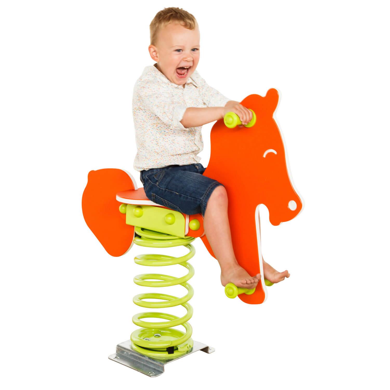 narancssárga rugós ló és nevető kisfiú