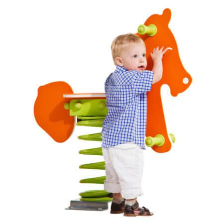 narancssárga rugós ló és kisfiú