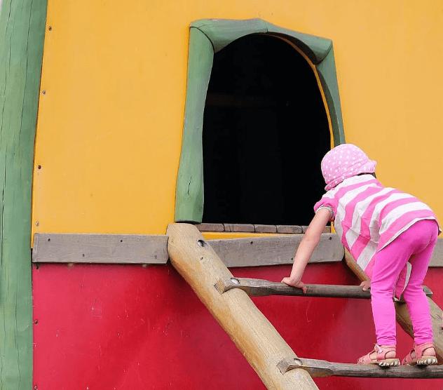 gyerek fa mászóka, játszóvár bejárat
