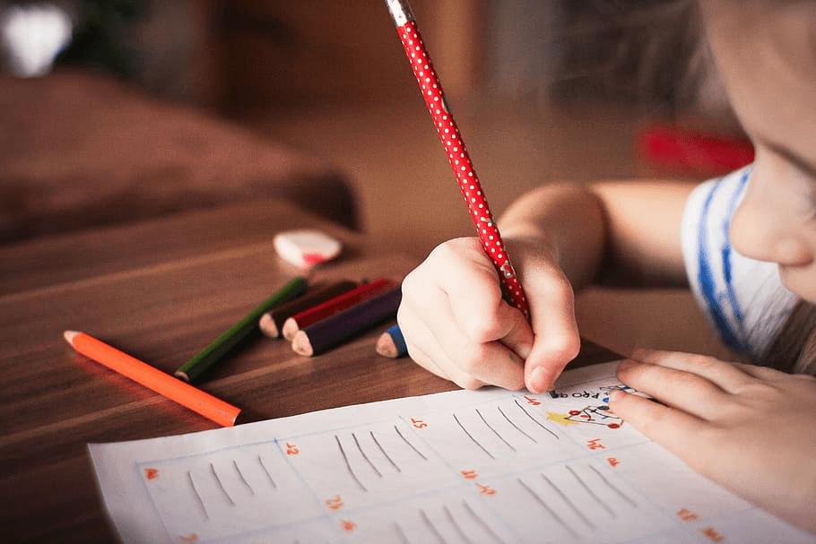 hintázás jótékony hatásai, kislány ír füzetben