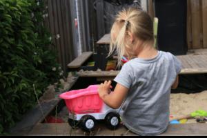 kislány és játék udvaron, otthoni játszóterek