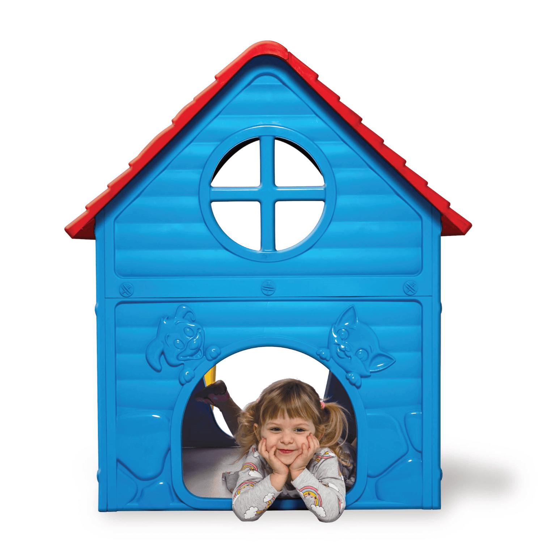 kék műanyag játékház szemből és kislány