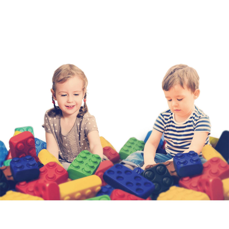 óriás építőkocka, gyerekek játszanak