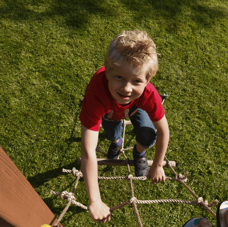 Net mászókötél és kisfiú