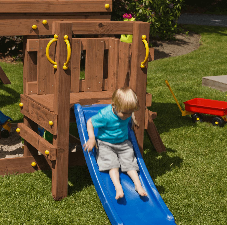 fa játszóvár platform szemből, kis csúszda és gyerek